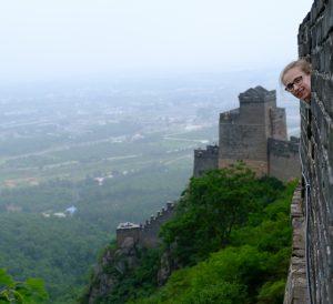 Nina lachend op de Chinese muur!